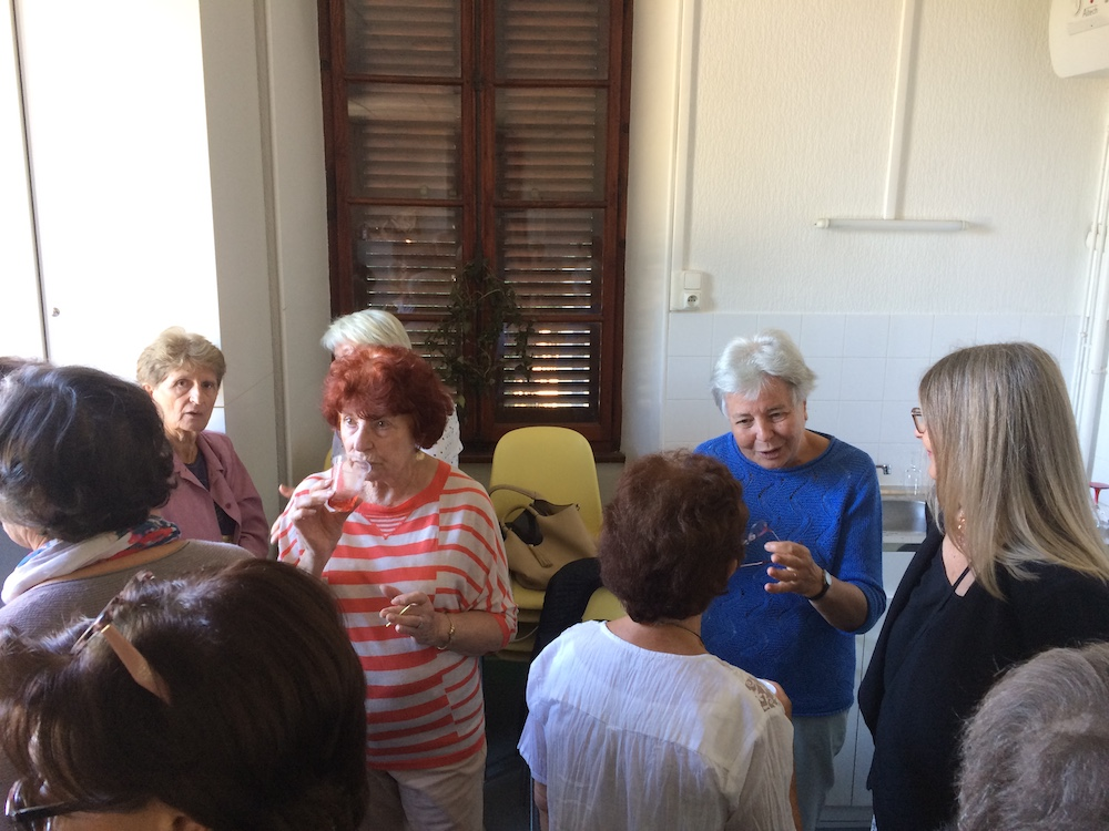 Marcelle Quirantes (avec une veste rose), animatrice en Esperanto, Rose Kissler, Bénévole présente chaque semaine à la permanence, et Giovanna et Alyzarine (déjà présentées)